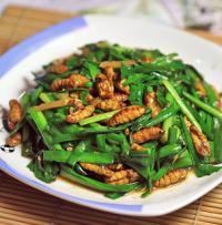 韭菜炒蚕蛹的做法