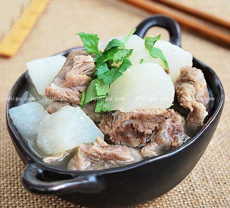 砂锅萝卜炖牛腩的做法 www.meitianmeiwei.com